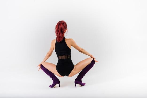 Bailarina de pelirroja sexy polo mostrando su hermoso cuerpo