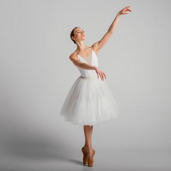 Bailarina posando con zapatillas de punta