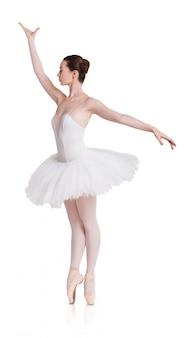 Bailarina en posición de ballet aislada