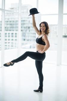 Bailarina practicando danza contemporánea con bombín