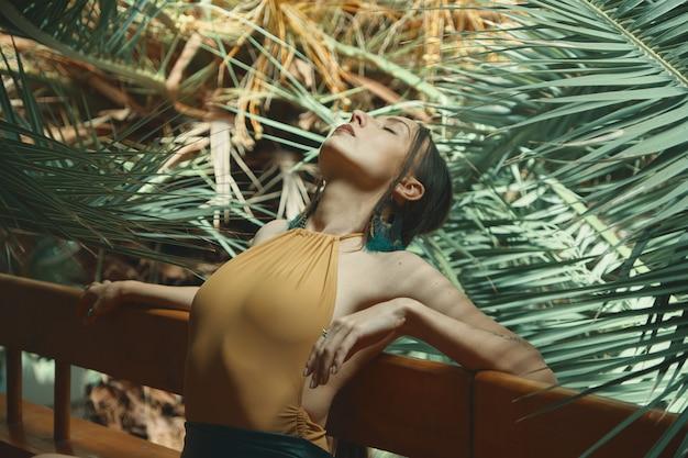 Bailarina repitiendo su actuación mientras se estira