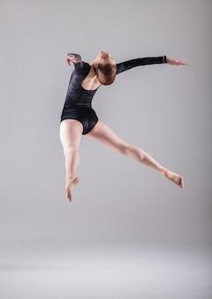 Bailarina saltando y bailando