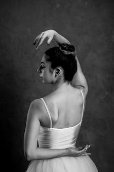 Bailarina sosteniendo la mano detrás de su espalda