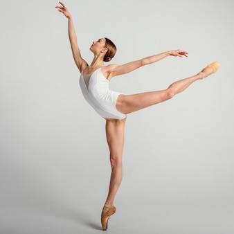 Bailarina talentosa de tiro completo en una pierna
