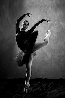 Bailarina de tiro completo en escala de grises.