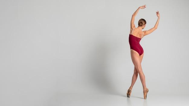 Bailarina de tiro completo con espacio de copia