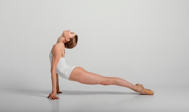 Bailarina de tiro completo estirando su espalda