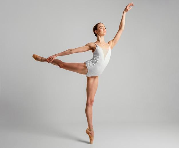 Bailarina de tiro completo en una pierna