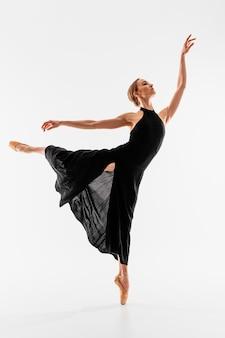 Bailarina de tiro completo realizando pose