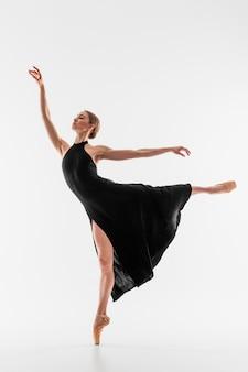 Bailarina de tiro completo realizando