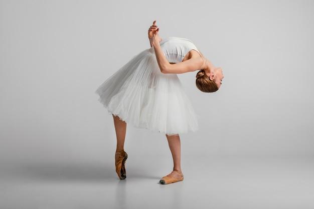 Bailarina de tiro completo con vestido blanco