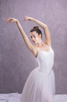 Bailarina de tiro medio con brazos flotantes.