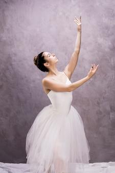 Bailarina de tiro medio mirando hacia arriba.