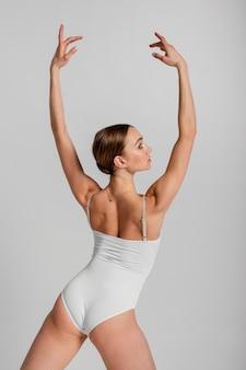 Bailarina de tiro medio posando