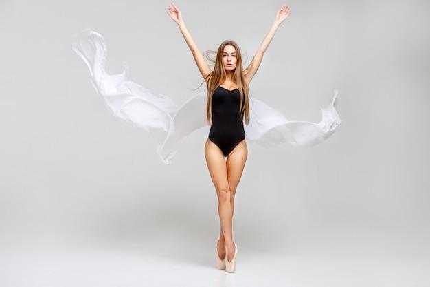 Bailarina en traje negro
