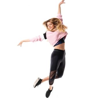 Bailarina urbana bailando sobre blanco aislado y saltando.