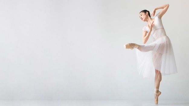 Bailarina en vestido tutú con copia espacio