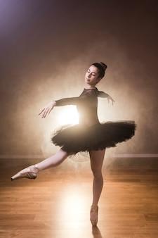 Bailarina de vista lateral bailando