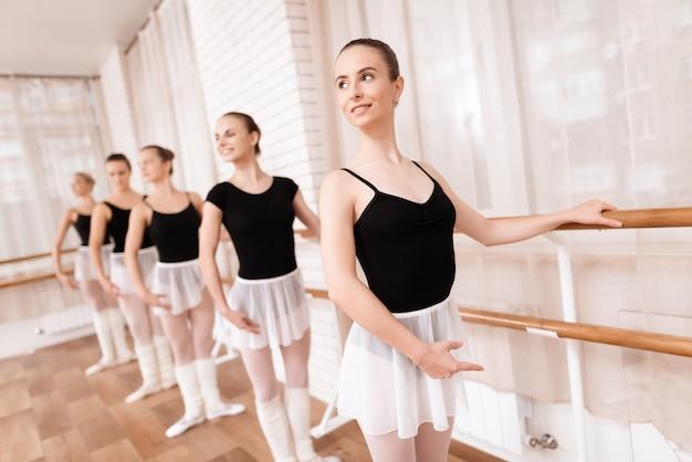 Bailarinas de ballet de chicas ensayan en clase de ballet.
