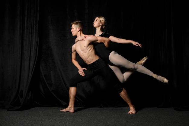 Los bailarines de ballet posan de lado