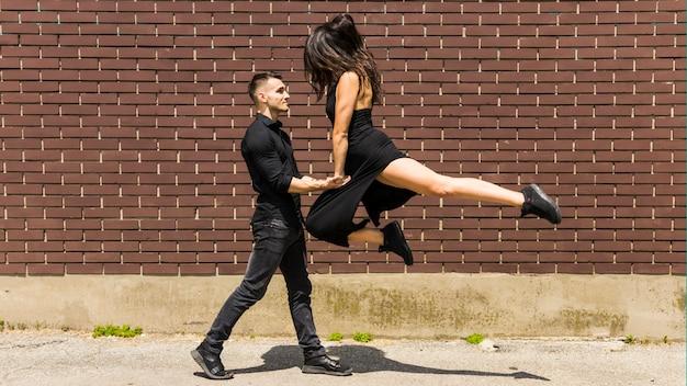 Bailarines callejeros interpretando tango