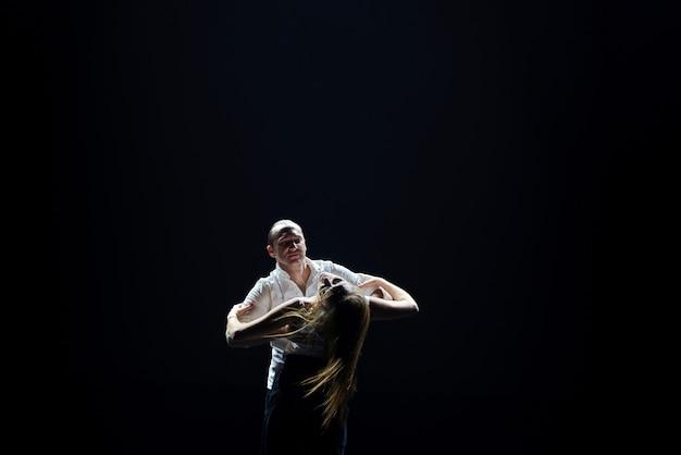 Bailarines profesionales realizan baile latino. pasion y expresion
