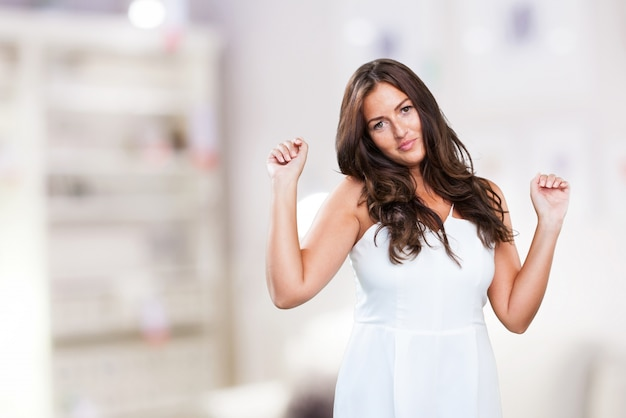 Baile de la mujer joven y bonita en blanco