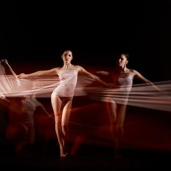 El baile sensual y emocional de la bella bailarina con tela blanca