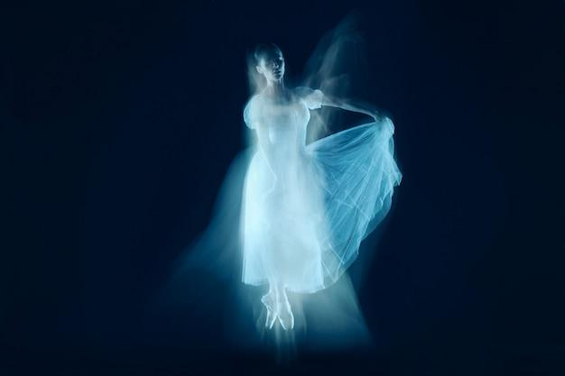 Un baile sensual y emocional de bella bailarina a través del velo