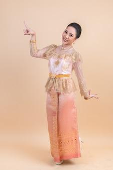 Baile tradicional mujer asiática
