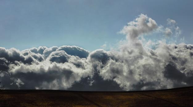 Baja nubosidad sobre el campo amarillo de montaña