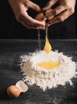 Baker manos mezclando yema con harina