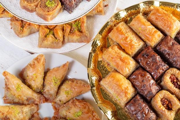 Baklava surtido- un dulce turco dispuesto en un plato decorativo. fotografía de comida del medio oriente.