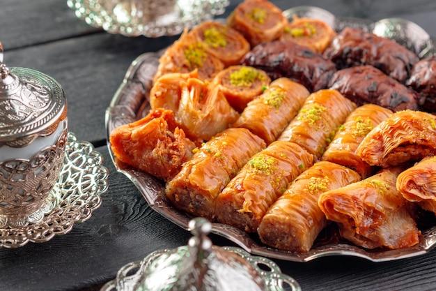 Baklava tradicional en mesa de madera