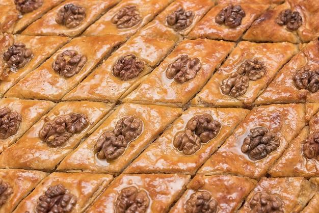 Baklava turco con nueces. de cerca. postre oriental tradicional