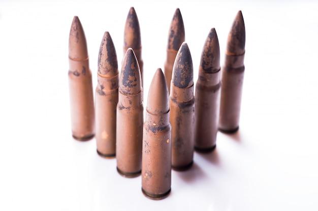 Bala de 9 mm para una pistola aislada sobre fondo blanco.