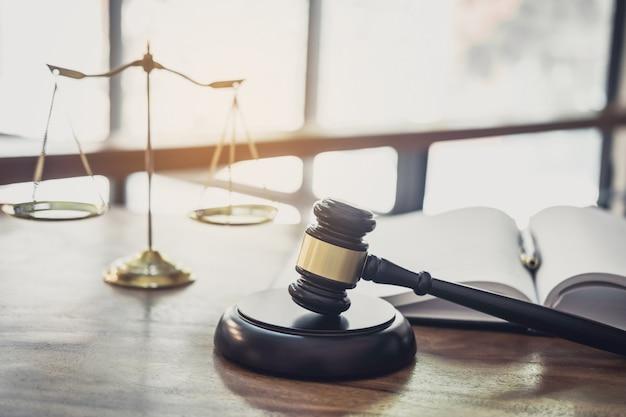 Balanza de la justicia, libro y mazo