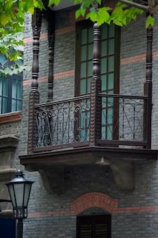 Balcón de un edificio en shanghai french concession, shanghai, china