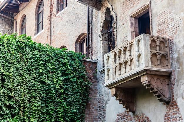 Balcón de romeo y julieta en verona, italia.