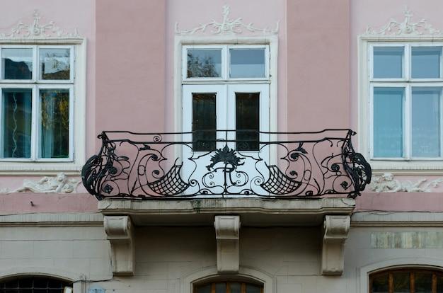 Balcones abiertos vintage de hierro forjado