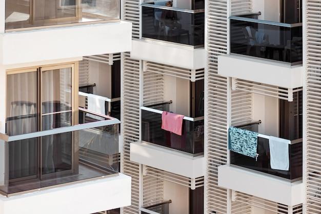 Balcones de las habitaciones del hotel. balcones de cristal, en los que cuelgan toallas.
