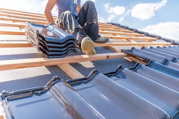 Baldosas de cerámica sobre un marco de madera de techo nuevo