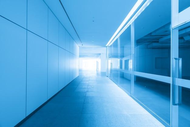 Baldosas vacías y ventana de vidrio en el espacio interior del centro de arte