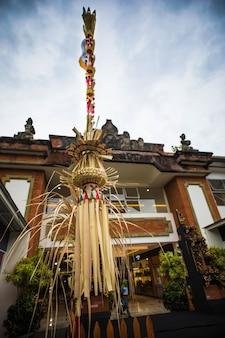 Bali penjor tradicional, caña de bambú con decoración.