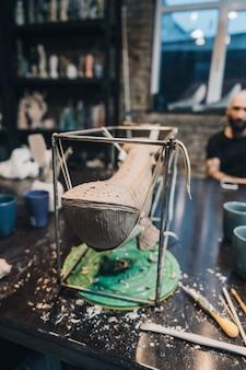 Ballena de arcilla en un stand en un taller de alfarería