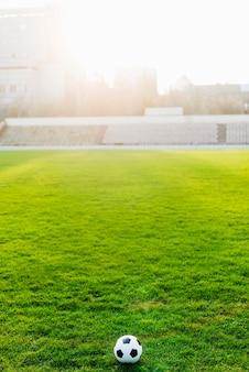 Balón de fútbol en el estadio vacío