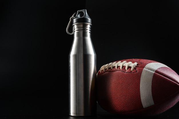 Balón de fútbol americano en la oscuridad de cerca. concepto de fútbol americano