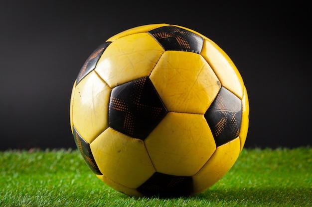 Balón de fútbol en el campo verde