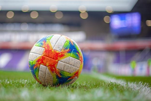 Balón de fútbol en la cancha antes del partido final dos equipos
