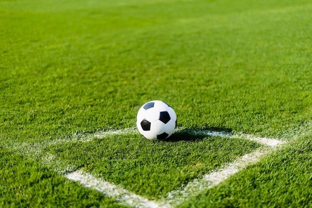 Balón de fútbol en la esquina del campo